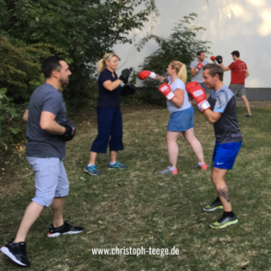 Teamgeist stärken, Teamevent, Teambuilding, Business trifft Boxen, Firmenevent, Boxhandschuhe, Christoph Teege, Boxen statt Mimimi,